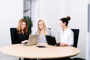 Bilden visar tre medarbetare på ett möte på ÅJ Distribution
