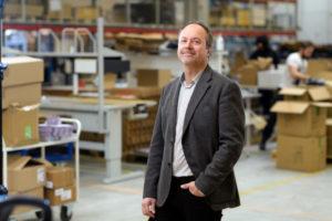 Bilden visar Anders Borgström, key account manager på ÅJ Distribution, i vår produktionshall för logistik av marknadsmaterial för säljorganisationer och kedjeföretag inom Retail.