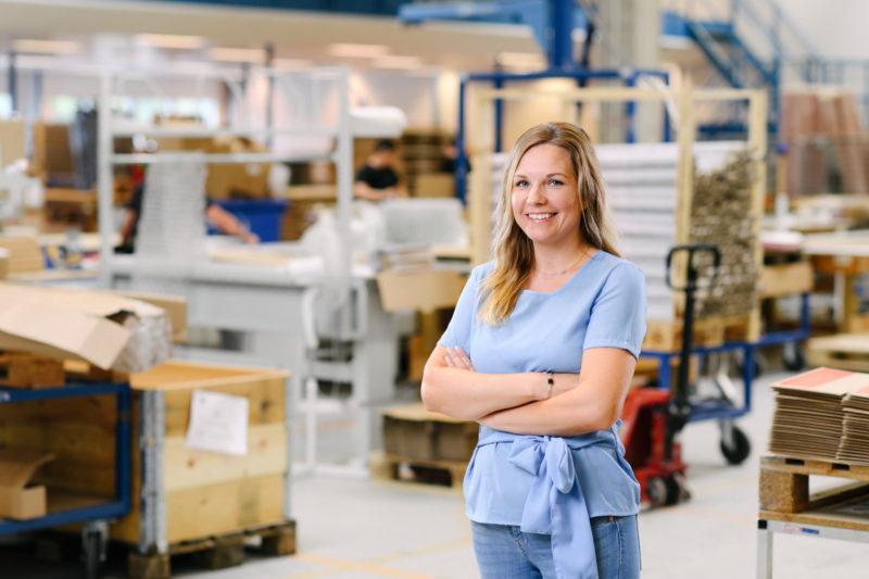 Bilden visar Anna Ringström, en av våra projektledare på ÅJ Distribution, i vår produktionshall för logistik av marknadsmaterial för säljorganisationer och kedjeföretag inom Retail.