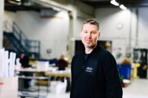 Bilden visar Magnus Hultén, på ÅJ Distribution, i vår produktionshall för logistik av marknadsmaterial för säljorganisationer och kedjeföretag inom Retail.