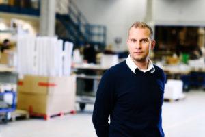 Bilden visar Michael Wessberg, en av våra projektledare på ÅJ Distribution, i vår produktionshall för logistik av marknadsmaterial för säljorganisationer och kedjeföretag inom Retail.