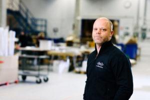 Bilden visar Jonas Helgstrand, på ÅJ Distribution, i vår produktionshall för logistik av marknadsmaterial för säljorganisationer och kedjeföretag inom Retail.