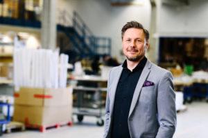 Bilden visar Fredrik Ringström, CEO på ÅJ Distribution, i vår produktionshall för logistik av marknadsmaterial för säljorganisationer och kedjeföretag inom Retail.