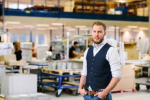 Bilden visar Johan Wernsten, en av våra projektledare på ÅJ Distribution, i vår produktionshall för logistik av marknadsmaterial för säljorganisationer och kedjeföretag inom Retail.