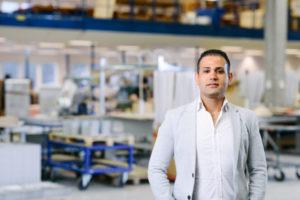 Bilden visar Rami Mansour, ÅJ Distribution, i vår produktionshall för logistik av marknadsmaterial för säljorganisationer och kedjeföretag inom Retail.