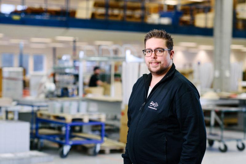 Bilden visar Peter Rydén, ÅJ Distribution, i vår produktionshall för logistik av marknadsmaterial för säljorganisationer och kedjeföretag inom Retail.