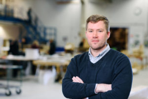 Bilden visar David Hellbom, ÅJ Distribution, i vår produktionshall för logistik av marknadsmaterial för säljorganisationer och kedjeföretag inom Retail.