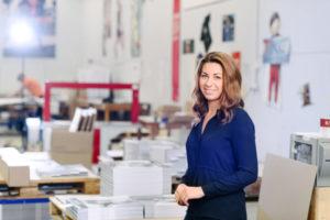 Bilden visar Linda Kaljevic, Projektledarchef på ÅJ Distribution, i vår produktionshall för logistik av marknadsmaterial för säljorganisationer och kedjeföretag inom Retail.