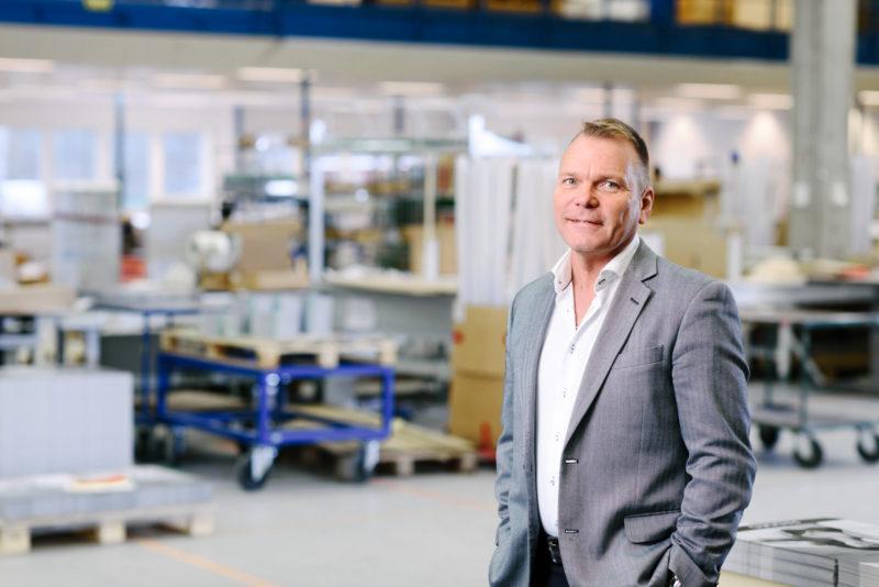 Bilden visar Anders Norin, produktionschef på ÅJ Distribution, i vår produktionshall för logistik av marknadsmaterial för säljorganisationer och kedjeföretag inom Retail.