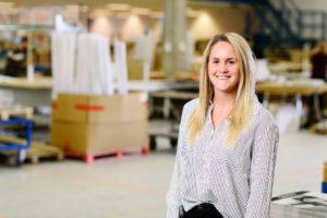 Bilden visar Sandra Lindqvist, en av våra projektledare på ÅJ Distribution, i vår produktionshall för logistik av marknadsmaterial för säljorganisationer och kedjeföretag inom Retail.