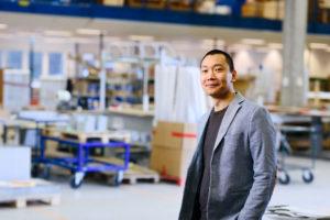 Bilden visar Mikael Stor, ÅJ Distribution, i vår produktionshall för logistik av marknadsmaterial för säljorganisationer och kedjeföretag inom Retail.