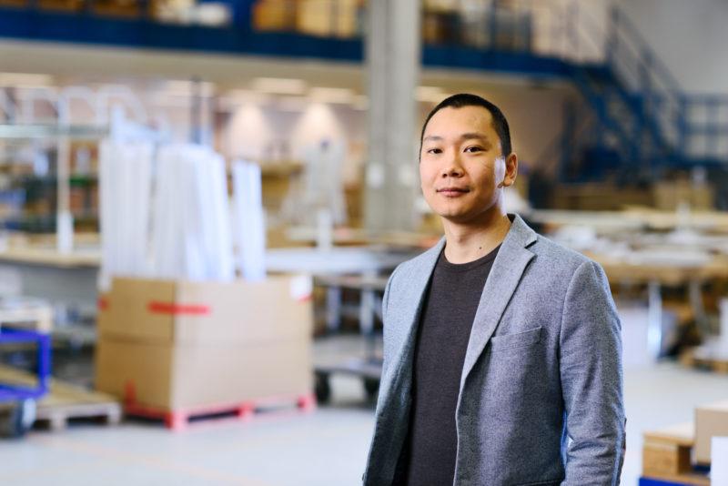 Bilden visar Mikael Stor, på ÅJ Distribution, i vår produktionshall för logistik av marknadsmaterial för säljorganisationer och kedjeföretag inom Retail.