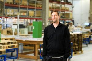 Bilden visar Johan Sylvén, en av våra medarbetare på ÅJ Distribution, i vår produktionshall för logistik av marknadsmaterial för säljorganisationer och kedjeföretag inom Retail.