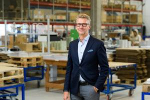 Bilden visar Peter Westin, en av våra säljare på ÅJ Distribution, i vår produktionshall för logistik av marknadsmaterial för säljorganisationer och kedjeföretag inom Retail.