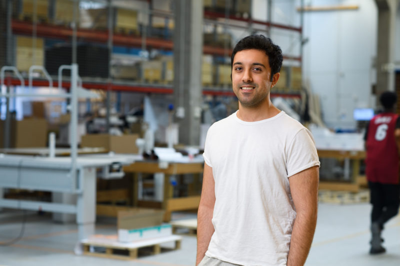 Bilden visar Sohrab Farashahi, en av våra medarbetare på ÅJ Distribution, i vår produktionshall för logistik av marknadsmaterial för säljorganisationer och kedjeföretag inom Retail.