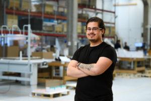 Bilden visar Yasser Karin, en av våra medarbetare på ÅJ Distribution, i vår produktionshall för logistik av marknadsmaterial för säljorganisationer och kedjeföretag inom Retail.
